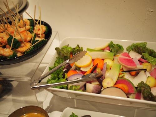こだわり野菜の盛り合わせやシュリンプのピンチョス