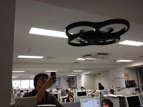 飛行中の『AR.Drone』を撮影するフロントエンドテクノロジストのたくみくん