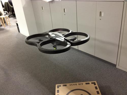 謎の飛行物体の正体は、ヘリコプター『AR.Drone』