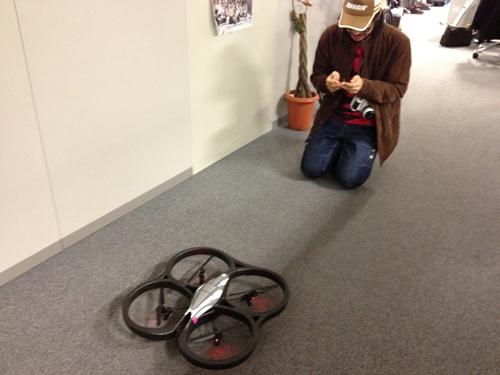 『AR.Drone』を飛すため、きちんと正座して準備をするアートディレクターのとおるくん