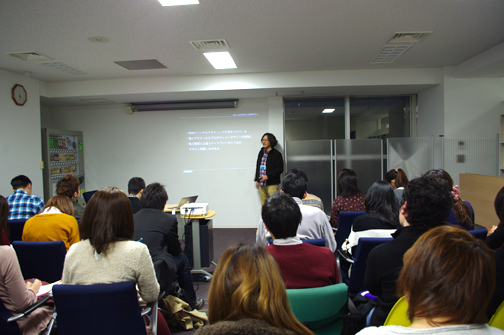 コンセントやデザイナーの仕事について説明するシツチョー川崎さん