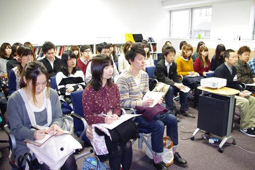 真剣な表情で話を聞いている東京デザイン専門学校の生徒さんたち