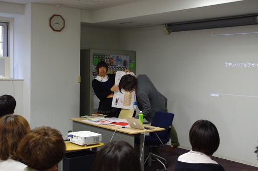 雑誌、カタログ、学校案内のデザインの仕事を説明してくれた黒田さん