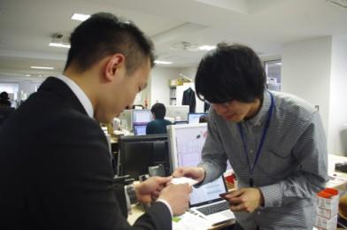 黒坂晋くんは中岡くんのもとへ。先輩の名刺をもらうのもミッションの一つです。