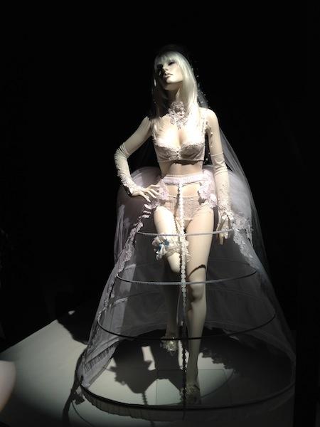 1つ目は、ウェディングドレスのなかを覗くような作品。ブラとショーツが商品なわけですが、ジュエリーやロンググローブ(こちらもデザイナーさん手作り!